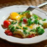 Яичница с помидорами и моцареллой